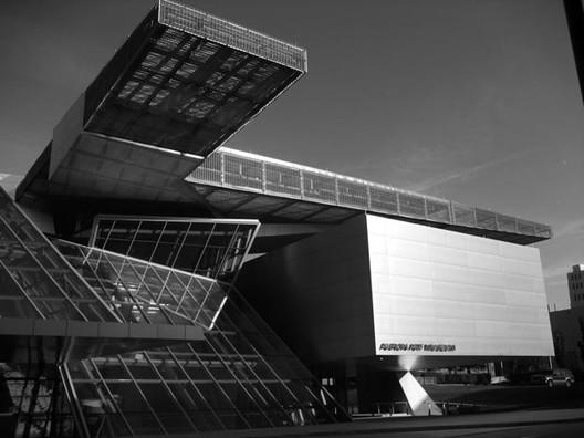 ¿Crítica de arquitectura?, ¿Dijo algo la crítica sobre estos curiosos y costosos juegos formales de la firma austríaca Coop Himmelblau en este Museo en Akron, Ohio, Estados Unidos (2007)?. Image © Óscar Tenreiro Degwitz