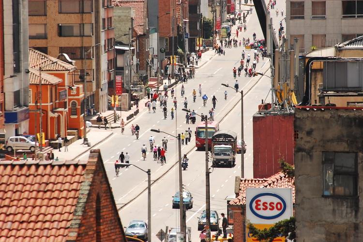 Día sin carro en Bogotá, una oportunidad para considerar la movilidad sostenible , Ciclistas en Bogotá en 2009. Image © Nathaa [Flickr], bajo licencia CC BY-NC 2.0