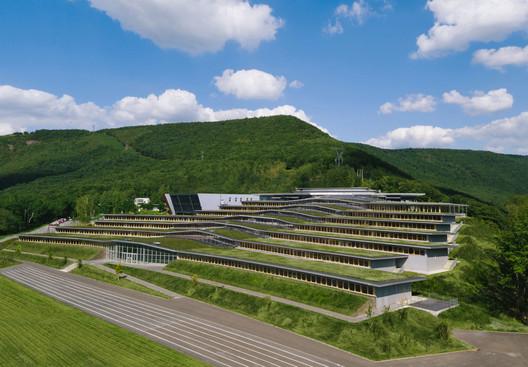 Escuela secundaria Jean Moulin / Duncan Lewis Scape Architecture
