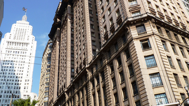 CAU/SP lança edital de projetos para a valorização da arquitetura e urbanismo, Edifícios Martinelli e Altino Arantes (fundo), marcos arquitetônicos no centro da capital paulista. Image © Andreia Reis/FlickrCC. Via CAU/SP