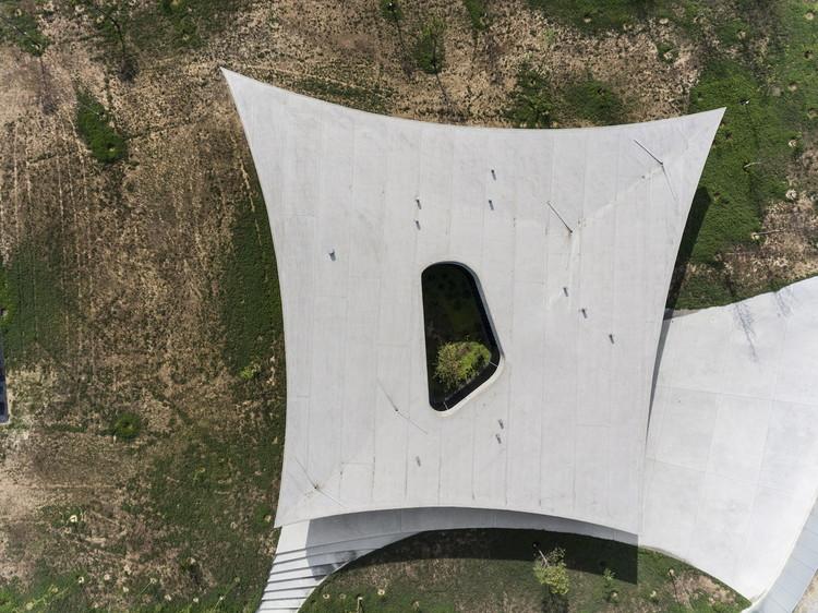 Concreto aparente e volumetria inusitada na Casa Cabo da Vila, projeto dos spaceworkers vencedor do BOTY 2017 , © Fernando Guerra | FG+SG