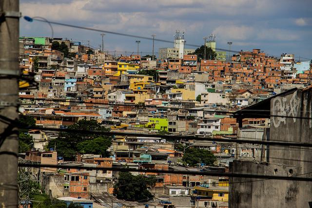 Favela rica, favela pobre: as desigualdades nas baixas rendas de São Paulo, Capão Redondo, zona sul de São Paulo. Image © Circuito Fora do Eixo, via Flickr. Licença CC BY-SA 2.0