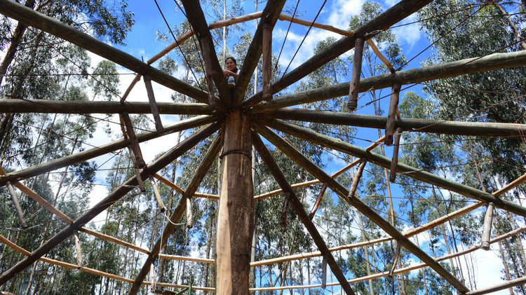 Comunidade que se respeita tem uma capela: a experiência do Ateliê 'Con lo que hay' no Equador, Etapa de construção. Cortesia de Con Lo Que Hay / ENSUSITIO Arquitectura