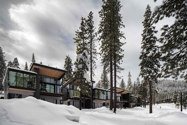 Mountainside Stellar Residences and Townhomes / Bohlin Cywinski Jackson, © Nic Lehoux