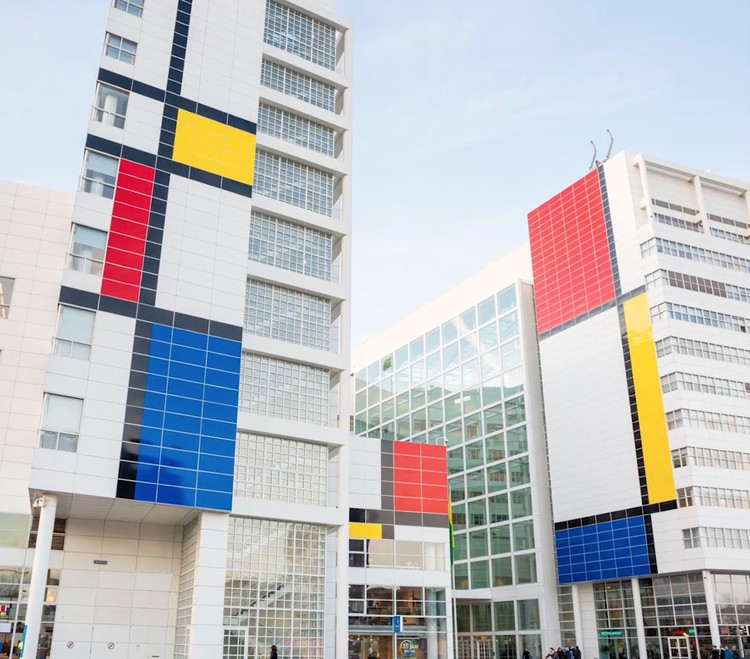 Câmara Municipal de Haia de Richard Meier é pintada como uma obra de Mondrian, via The City of The Hague