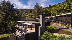 Moetapu Beach House / Parsonson Architects