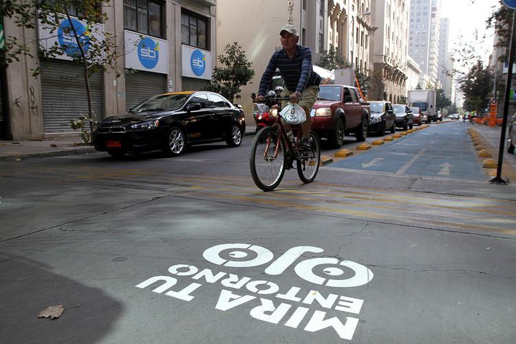 5 ejes del Comité de Consumo y Producción Sustentables para tener ciudades sustentables en Chile, Ciclista en el centro de Santiago. Image ©  Jorge Cardenas / Municipalidad de Santiago vía Flickr. LicenciaCC BY-NC 2.0