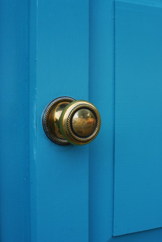 "Informe de Perkins+Will: ¿Por qué debemos evitar los productos antimicrobianos?, ""Brass Door Handle"". Imagen © Lisa Williams is licensed under CC BY 2.0"