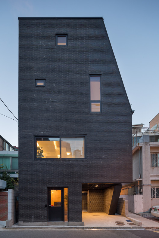 The First House in Hyochangdong / B.U.S Architecture, © Kyung Roh