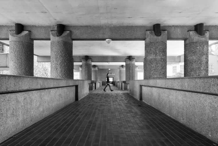 Fighting the Neoliberal: What Today's Architects Can Learn From the Brutalists, <a href='http://www.archdaily.com/790453/ad-classics-barbican-estate-london-chamberlin-powell-bon'>The Barbican</a> in London. Image © Joas Souza