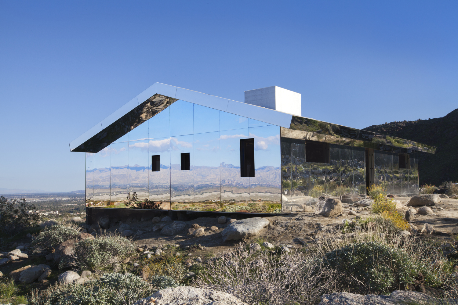 Reflective Ranch Style House Captures The American West In New  Installation,© Dakota Higgins