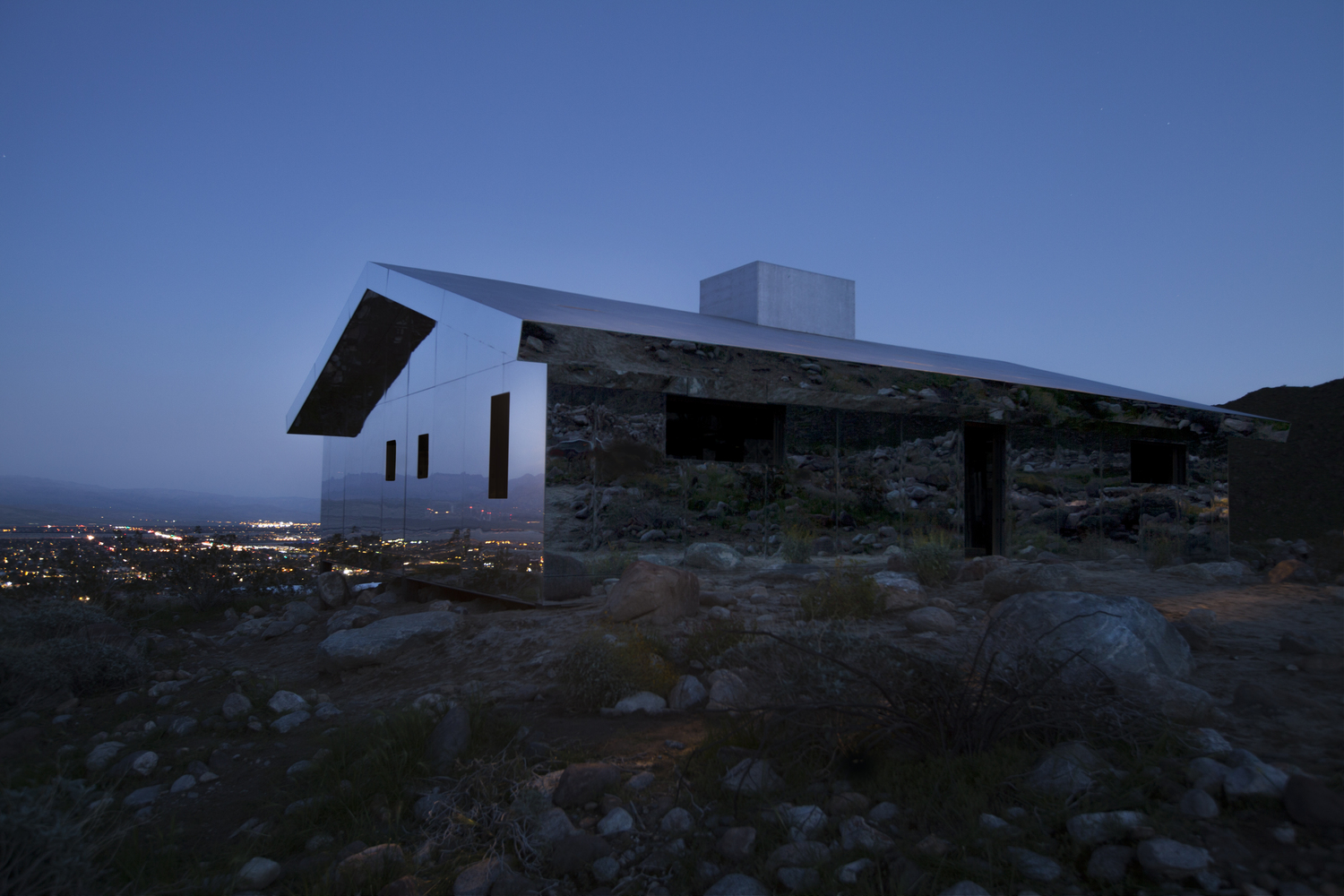 Reflective Ranch Style House Captures The American West In New InstallationC Dakota Higgins