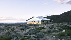 Reflective Ranch-Style House Captures the American West in New Installation