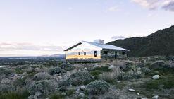 Casa reflexiva de estilo rancho captura al oeste americano en nueva instalación