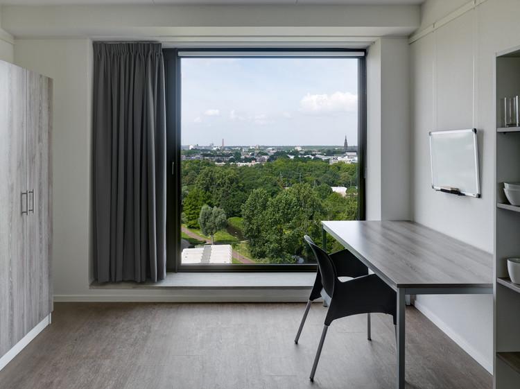 بالابرها از طریق لابی بالابر دو طبقه به اتاق هایشان در طبقه های مختلف انتقال می یابند.
