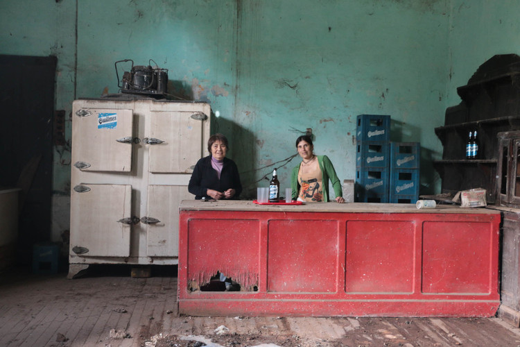 A vida num povoado de 96 habitantes da Argentina, por Flavia Mielnik, Rosa: a dona do bar, da série Bermudez, 2016. Image © Flavia Mielnik