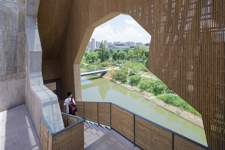 Kenneth Frampton On The Work of Wang Shu and Lu Wenyu, Amateur Architecture Studio, Wa Shan Guesthouse / China Academy of Art Xiangshan Campus, Hangzhou, 2013. Image © Iwan Baan. Image Courtesy of Louisiana