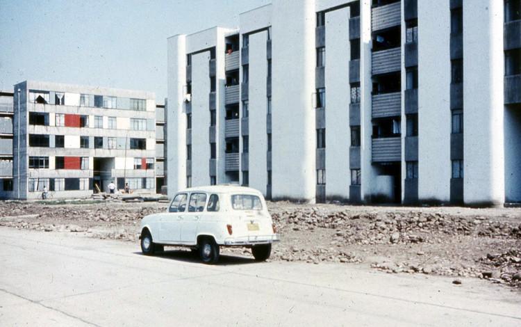 La posible demolición del primer intento en Chile por acabar con la segregación social urbana, Bloque 16 de la Villa San Luis que aún permanece en el Lote 18. Image Cortesía de Miguel Lawner