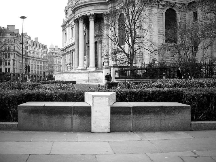 Quão agressiva pode ser a arquitetura em relação ao espaço público e aos moradores de rua, Bench outside St. Paul's Cathedral, London. Image Cortesia de James Furzer