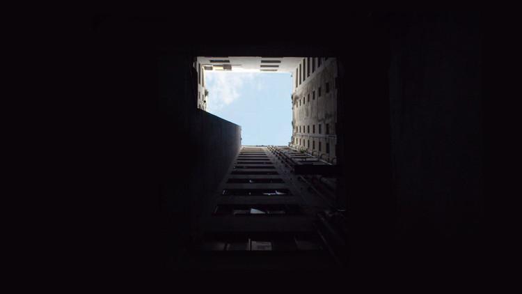 """Filme """"Era o Hotel Cambridge"""" mescla ficção e realidade ao mostrar ocupação em antigo edifício em São Paulo, Hotel Cambridge ocupado. Image Cortesia de Escola da Cidade"""