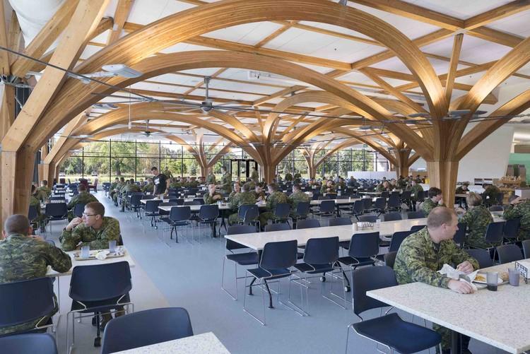 CFB Borden All Ranks Kitchen and Dining Facilities  / FABRIQ Architecture + Zas Architects, © Brenda Liu Photography