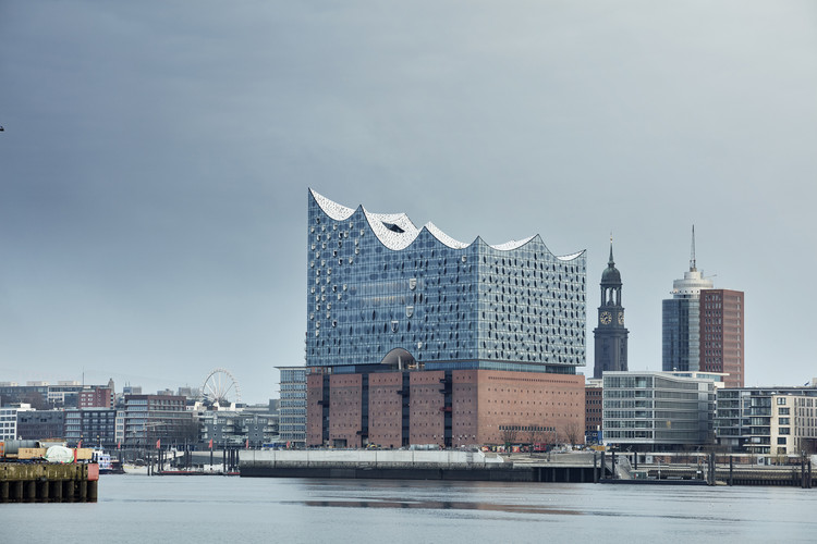 Why Herzog & de Meuron's Hamburg Elbphilharmonie Is Worth Its $900 Million Price Tag, Designed by Herzog & de Meuron, the Elbphilharmonie is a unique presence in Hamburg's cityscape. Image © Maxim Schulz
