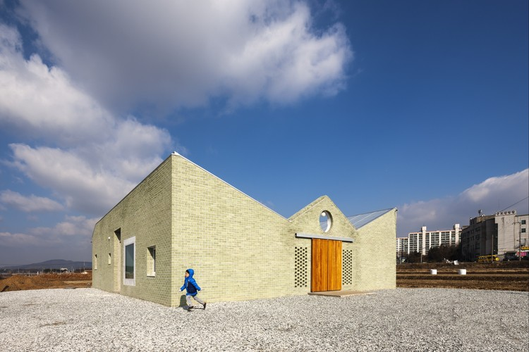 ㄷ House (digeut-jip) / aoa architects, © Hyosook Chin