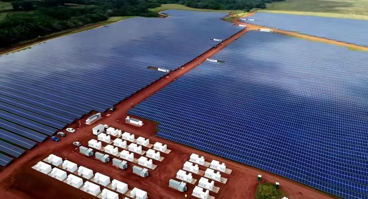 Tesla inaugura mega-usina solar no Havaí, via Tesla