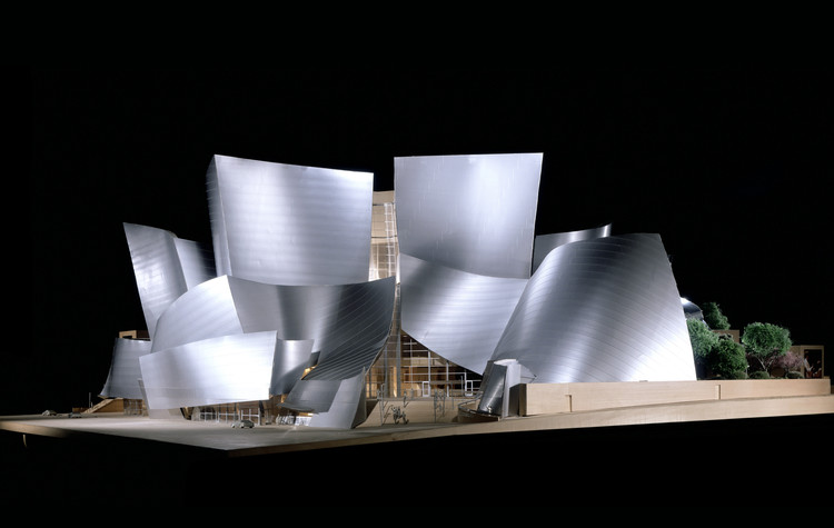 Instituto Getty adquire extenso arquivo de Frank Gehry, Frank Gehry, Walt Disney Concert Hall, modelo, 2003; Los Angeles, Califórnia; Frank Gehry Papers no Instituto de Pesquisa Getty, © Frank O. Gehry