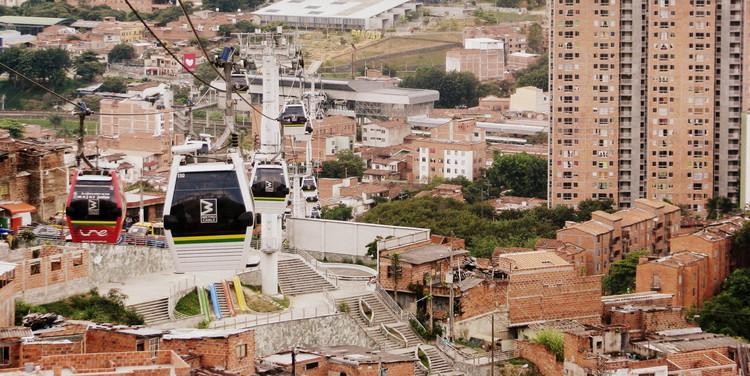 Projetos em Assentamentos: caminhos para um desenvolvimento inclusivo, Infraestrutura urbana e projeto habitacional em Medellín (2015). Image © Mariana Morais