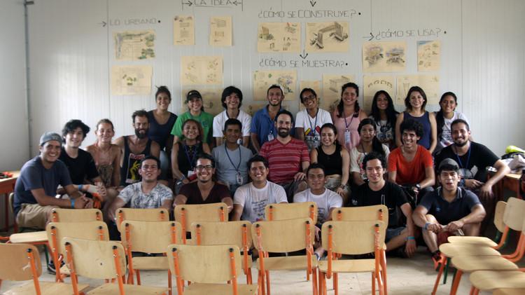 Con 200 estudiantes de toda Latinoamérica comienza el TSL Canoa en Ecuador, Equipo de estudiantes liderados por Carolina Rodas y Felipe Donoso (RAMA Estudio). Image © Nicolás Valencia