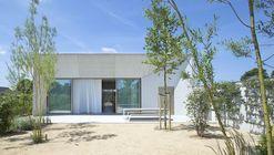 Casa de hormigón organizada alrededor de un patio central / CLAUWERS & SIMON architectes