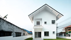 Catholic Priest House Chom Thong / Needs Natural Studio