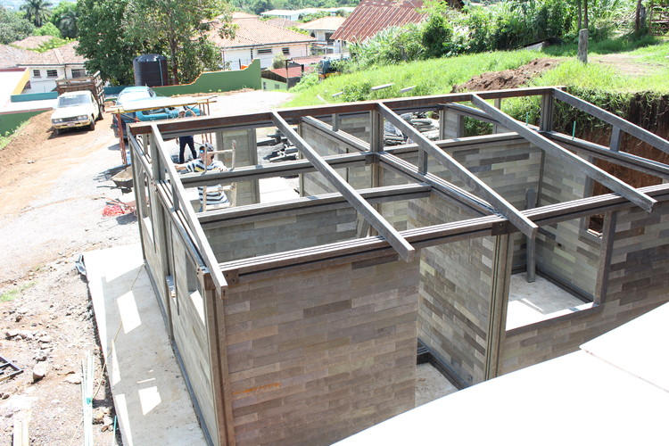Construction of house made of recycled plastic bricks.. Image Courtesy of Conceptos Plásticos