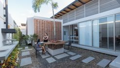 House in the Setback / Vera + Ormaza Arquitectos