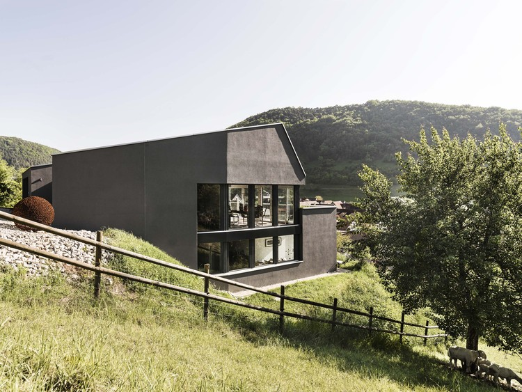 Single Family House on a Slope / Dost, © Andrin Winteler | bürobuerau