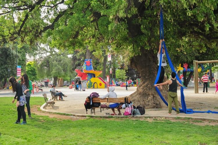 Como construir lugares para melhorar a saúde mental dos habitantes, Plaza Brasil, Santiago. © Plataforma Urbana