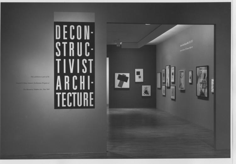 Clássicos da Arquitetura: Exposição desconstrutivista de 1988 no MoMA, Dentro da exposição (1988). Fotógrafo desconhecido. Image via MoMA