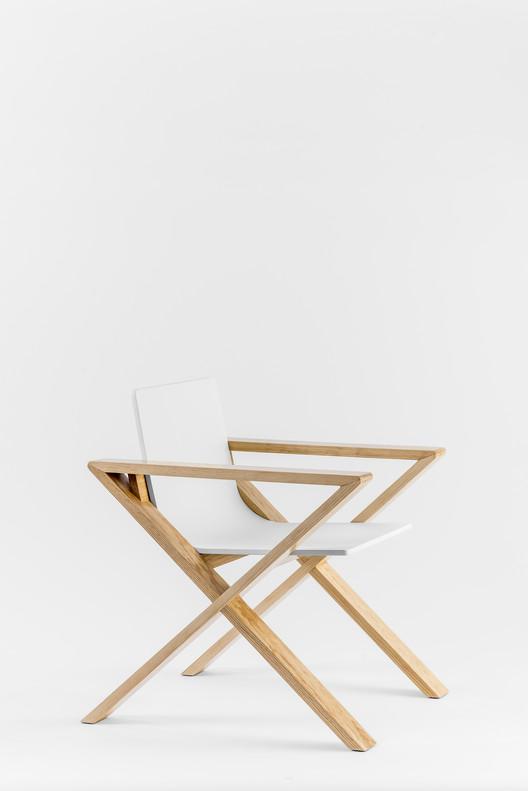 X Chair, un asiento moderno y ergonómico de madera moldeada, © Pablo Fernández del Valle / Cesar Béjar
