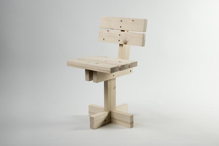 Hamaika, una silla de 11 piezas iguales destinada a que los niños se involucren en su proceso constructivo, © Unai Rollan