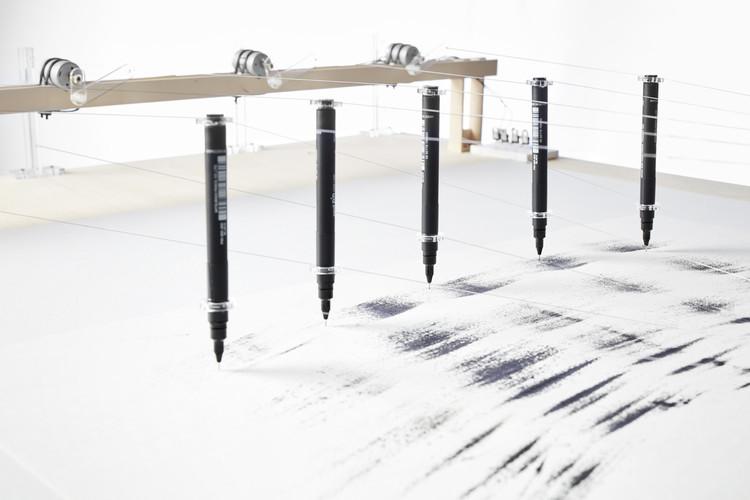 'Scripts – una crónica de incidentes', una exhibición de máquinas diseñadas para dibujar bajo la dicción de una fuerza ambiental, Máquina 8. Image © Xavier González