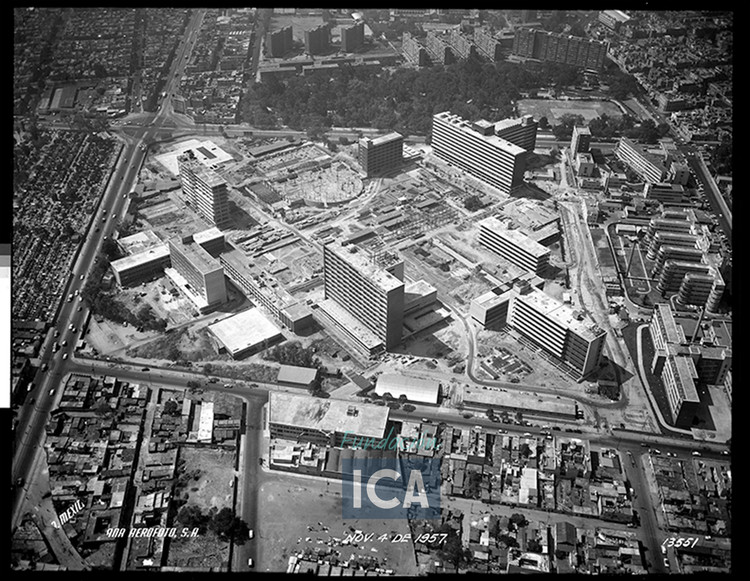 Arquitectura hospitalaria: el Centro Médico Nacional Siglo XXI en Ciudad de México , Cortesía de Acervo Histórico Fundación ICA, Fondo Aerofotográfico Oblicuas, 1957.