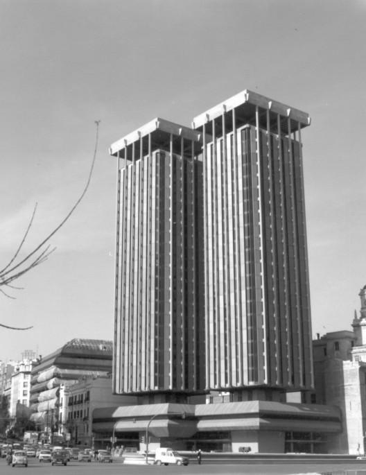 Colón Tower. Image via Antonio Lamela [Wikipedia], License CC BY-SA 4.0