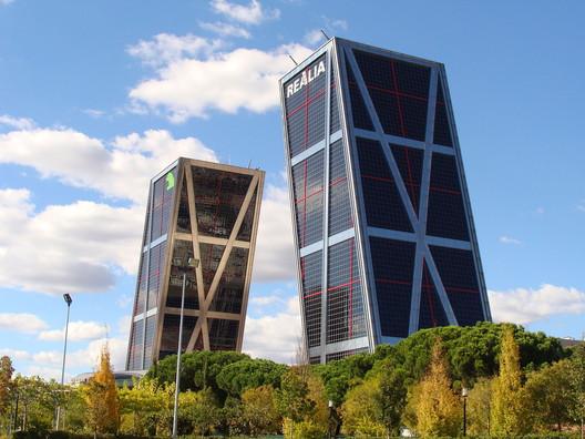 Kio Towers. Image via Drow Male [Wikipedia], GNU Free Documentation License