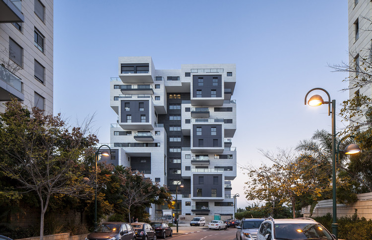 Calle Haganim 22 en Ramat Ha'sharon  / Bar Orian Architects, © Amit Geron