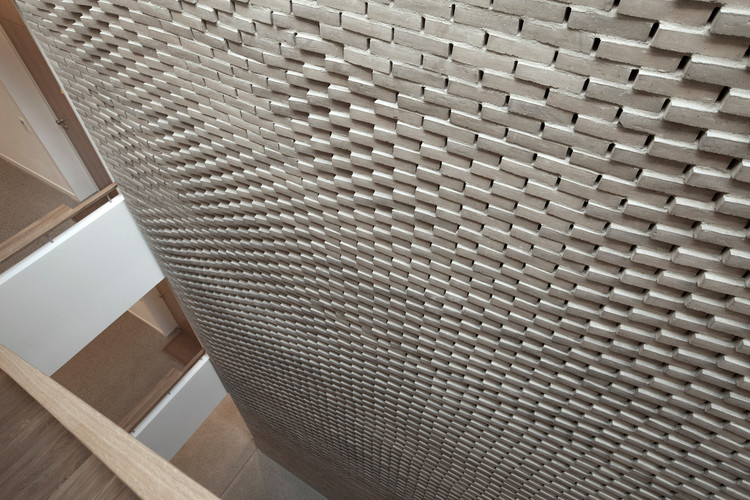 Muro de ladrillos artesanales inspira su forma en las - Mmz architekten ...