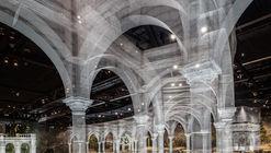 Instalación de malla de alambre recrea fragmentos arquitectónicos a escala 1:1