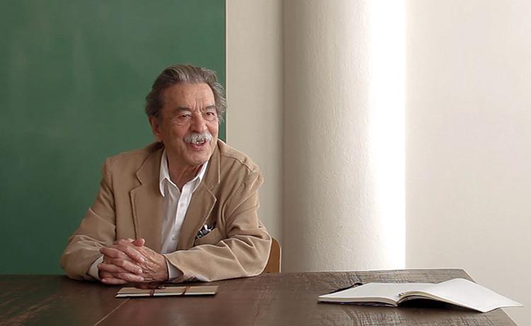 Paulo Mendes da Rocha recebe a Medalha de Mérito Cultural de Portugal, Paulo Mendes da Rocha em seu escritório. Image © Romullo Baratto