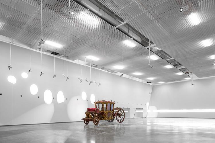 Museu dos Coches reabre com nova museografia de Paulo Mendes da Rocha, Espaço expositivo do Museu dos Coches antes do novo projeto museográfico. Image © Fernando Guerra | FG+SG