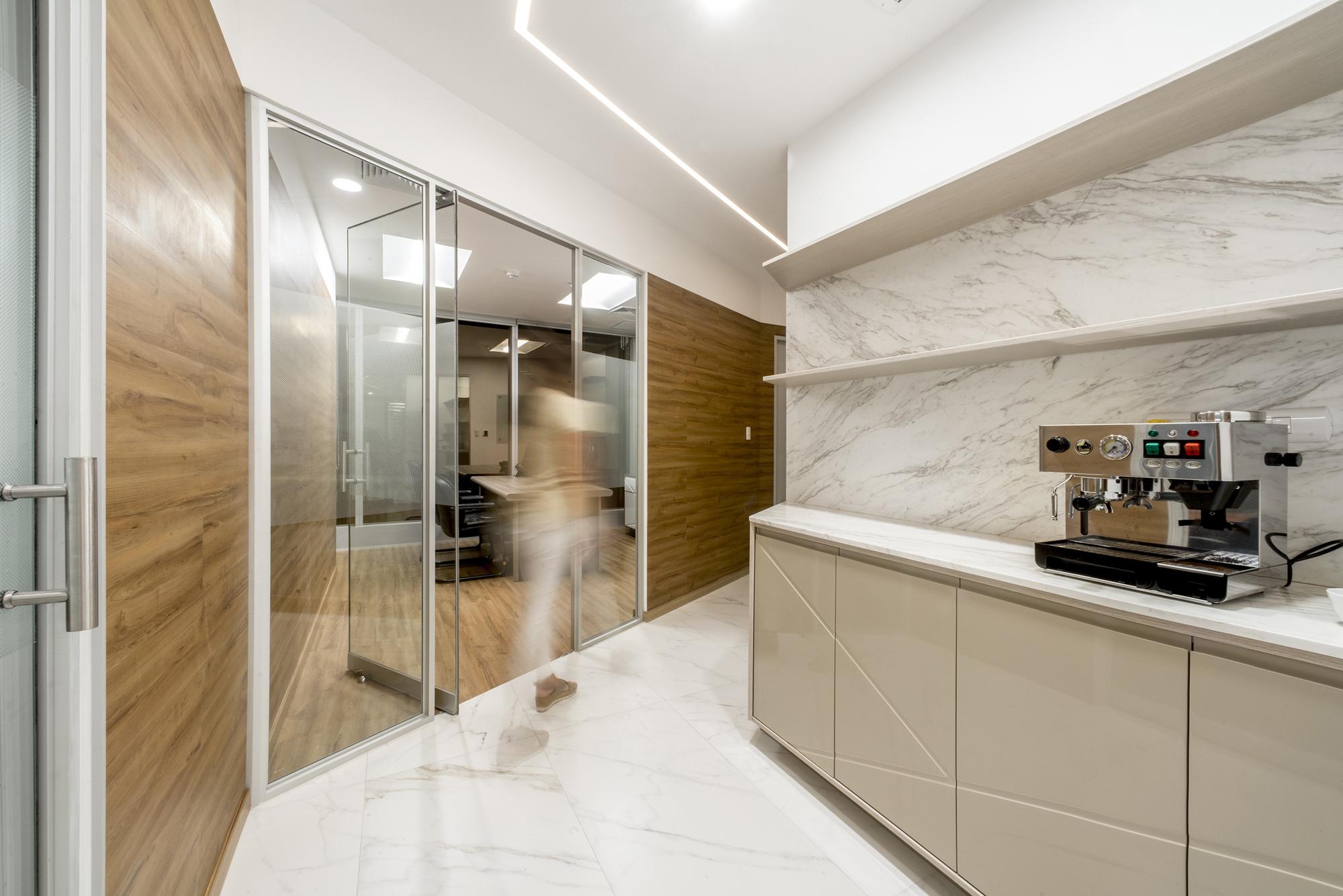 Oficina edificio panorama baum studio archdaily colombia for Diseno de interiores de oficinas ejecutivas